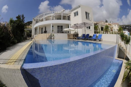 Luxury 4 Bedroom Villa with Private Surroundings in Peyia village