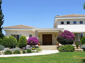 Attractive spacious villa with private pool o...