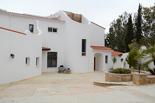 Stunning Recently Renovated Luxury Villa on H...